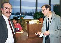 С коллегой - руководителем совместного проекта Стивеном Мак-Наббом. В американском (!) банке (!) получает доллары (!) за лекцию. Аляска, Анкоридж, ноябрь 1992 [для 1992 все эти слова в сочетании с почти еще советским научным сотрудником вызывали только !!!]